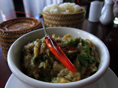 Jaew mak khua (cà tím nướng) Jaew mak khua có hương vị đậm đà của cà tím và cay của ớt, thường được phục vụ tại các quán vỉa hè. Cà tím nướng được nghiền với rau mùi và nhiều gia vị khác (trong đó có ớt) bằng cối, chày. Ảnh: legalnomads.