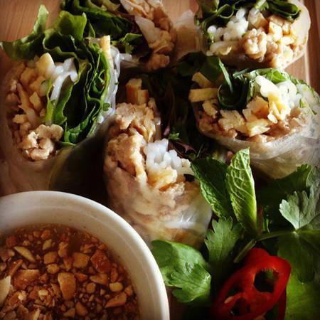 Yaw Dip (món cuốn) Món cuốn ở Lào cũng gồm nhiều rau sống như bạc hà, rau mùi, bún và trứng luộc chín tới béo ngậy. Ảnh: blogspot.