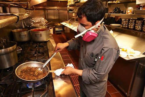 <strong>Phall, Anh:</strong> Phall được coi là món cà ri cay nhất trên thế giới với thành phần chính là các loại tiêu và ớt cực cay. Nhiều nhà hàng còn trang bị mặt nạ khí ga cho đầu bếp để tránh bị hơi ớt cay làm ảnh hưởng đến sức khỏe trong quá trình chế biến.