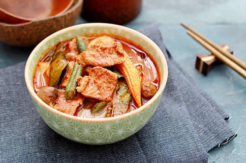 Jungle Curry, Thái Lan: Món cà ri này nổi tiếng tại Thái Lan vì số lượng lớn ớt được sử dụng để chế biến: hơn 60 loại ớt. Chắc chắn, chỉ cần nghe thấy số lượng ớt được sử dụng là du khách đã cảm thấy sức cay nóng từ món ăn.