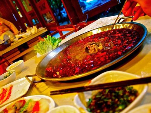 Lẩu cay, Trung Quốc:  Lẩu cay Tứ Xuyên ra đời vào những năm đầu thế kỷ 20, khi những người công nhân nghèo không có tiền mua thịt. Cuối cùng, họ sử dụng những phần thịt lợn thừa rẻ tiền, nấu trong nước lẩu rất cay để át đi mùi vị của thịt. Món ăn giờ đây không chỉ dành cho giới bình dần mà đã được nâng cấp với nhiều nguyên liệu, phục vụ cho đông đảo tầng lớp và trở nên nổi tiếng trên thế giới. Tứ Xuyên cũng là một trong 4 tỉnh nổi tiếng với các món cay ở Trung Quốc.