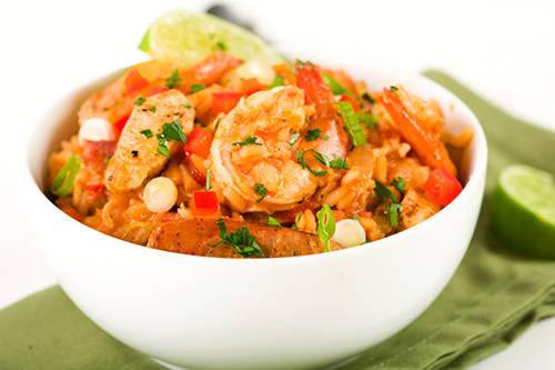 """Tôm Creole, Mỹ: Tôm Creole bao gồm tôm nấu chín ăn cùng cơm, trộn lẫn với các loại rau củ như cà chua, hành, cần tây và ớt chuông. Nước sốt cay nồng của tôm Creole khiến món ăn trở nên nổi tiếng với thực khách. Khi ăn, thực khách sẽ có cảm giác như khoang miệng đang được """"đốt cháy từ từ""""."""