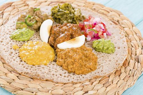 Wot, Ethiopia: Món cà ri tại quốc gia châu Phi này có nguyên liệu chính là các loại thịt tùy theo mùa và khẩu vị của khách. Wot thường được ăn kèm với inerja, một loại bánh mì phổ biến tại Ethiopia. Bạn có thể thưởng thức hương vị của hành nướng và bơ, cùng với vị cay đặc trưng trong món ăn này.