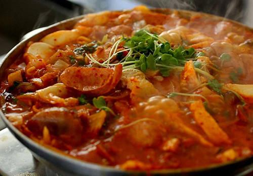 Army Stew, Hàn Quốc: Món ăn này ra đời vào thế kỷ 20 trong thời kỳ chiến tranh Hàn Quốc. Tận dụng những loại thịt đóng hộp cung cấp bởi Mỹ, người Hàn Quốc đã sáng tạo ra món ăn cay nóng, dùng kèm với các món đặc trưng của Hàn Quốc như kimchi, rong biển. Từ một món ăn đơn giản ra đời trong thời chiến, Army Stew đã trở nên nổi tiếng trên toàn đất nước.