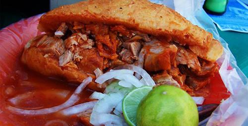 Torta Ahogada, Mexico: Món ăn phổ biến tại Mexico này là một loại bánh kẹp thịt lợn, bao gồm sốt của những loại ớt rất cay, cà chua, các gia vị khác với vị ngọt giúp cân bằng và làm bớt đi vị cay. Thịt lợn được tẩm với tỏi và nước cốt cam, sau đó được nướng lên cho tới khi chín vàng.