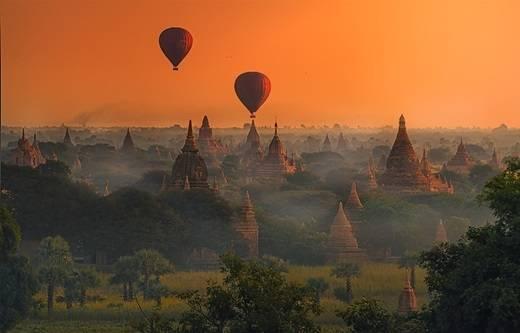 Bagan là thành phố cổ nằm ở vùng Mandalay của Myanmar. Từ thế kỉ 9 - 13, thành phố này là thủ đô của Vương quốc Pagan - vương quốc đầu tiên thống nhất các khu vực thành đất nước Myanmar ngày nay. Mặt trời mọc ở Bagan trong màn sương mỏng là một cảnh quan kì thú làm mê đắm biết bao nhiếp ảnh gia. (Nguồn: Internet)