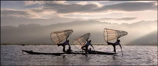 Những người dân chài với chiếc váy quấn Longiy truyền thống, chèo thuyền bằng một chân như nghệ sĩ giữa mênh mông sóng nước hồ Inle. (Nguồn: Internet)