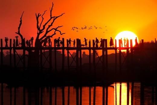 Bóng người, bóng chim sắc nét trong ánh hoàng hôn trên cầu Ubein. (Nguồn: Internet)