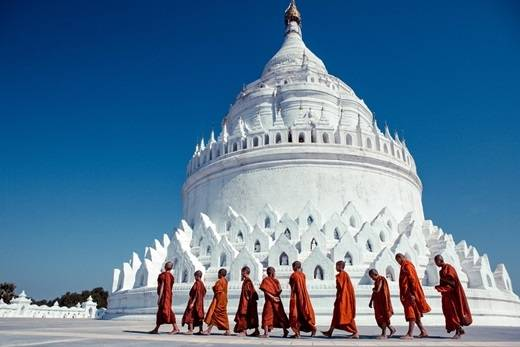 Các nhà sư ở chùa Mingun. (Nguồn: Internet