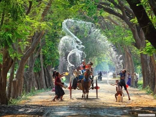 Thingyan là Tết té nước năm mới của Myanmar, thường rơi vào giữa tháng tư. Người Myanmar quan niệm rằng, việc té nước vào người sẽ gột bỏ những u ám của năm trước để bắt đầu một năm mới với diện mạo sạch sẽ, tinh khiết. (Nguồn: Internet)