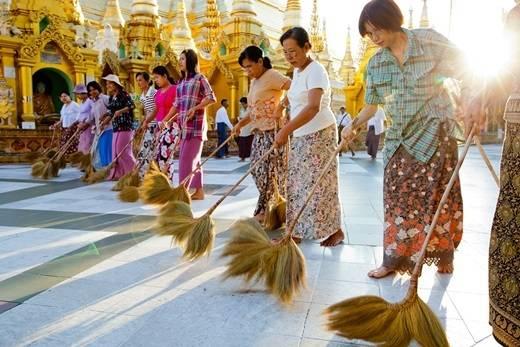 Những người phụ nữ Myanmar trong chiếc váy Thummy truyền thống đủ màu sắc tham gia làm sạch chùa vàng Shwezigon. (Nguồn: Internet)