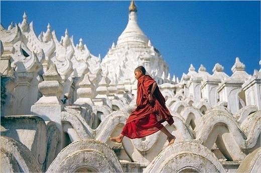 Một chú tiểu tinh nghịch bước trên bức tường cách điệu ở chùa Mingun. (Nguồn: Internet)