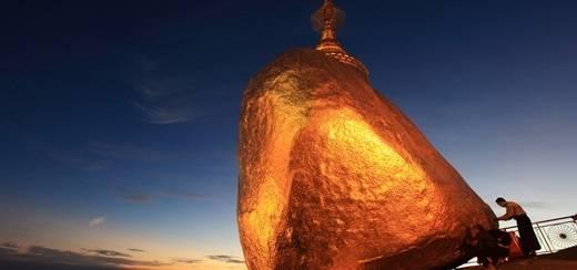 """Nằm cách Yangon hơn 200km, hòn đá vàng nằm ở độ cao 1.100m, cùng với ngôi chùa nhỏ bé Kyaiktyo tạo nên một quần thể di tích vô cùng độc đáo. Bạn sẽ thốt lên: """"Không gì là không thể!"""" khi tận mắt chứng kiến ngôi chùa nhỏ nằm chênh vênh một cách """"thần kì"""" trên hòn đá này. (Nguồn: Internet)"""