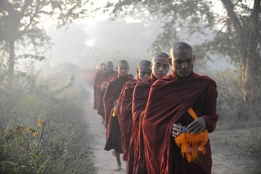 Các nhà sư hành hương vào buổi sớm. Được biết, Myanmar có khoảng 500.000 tăng ni và đạo Phật có ảnh hưởng rất lớn ở đất nước này. Thực tế cho thấy, cuộc sống của người dân luôn gắn liền với các nghi lễ Phật giáo. (Nguồn: Internet)