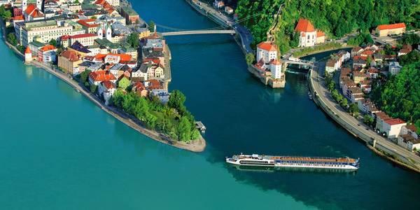 """Sông Danube: Với chiều dài gần 2.900 km, sông Danube chảy từ rừng Đen ra biển Đen, giữ vị trí quan trọng trong lịch sử Trung và Đông Âu. Cách đây 2.500 năm, Herodotus đã gọi Danube là """"con sông vĩ đại nhất"""". Chảy qua 10 quốc gia, dòng sông sẽ đưa du khách tới các nhà thờ Gothic được xây từ thế kỷ 13 hay ngắm nhìn vùng Transylvania thơ mộng. Ảnh: Adventuresbydisney."""