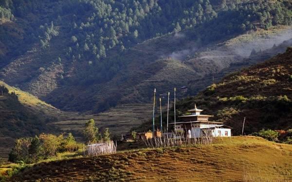 Đông Bhutan: Vương quốc Phật giáo Bhutan là một vùng đất xa lạ với khá nhiều người. Phần lớn du khách thường tới thung lung Paro, nơi có nhiều khách sạn và dịch vụ. Đông Bhutan gần như còn nguyên sơ, ít bóng khách du lịch. Bạn có thể đăng ký các tour 2 ngày bằng xe địa hình để khám phá khu vực này. Ảnh: Ahyubada.