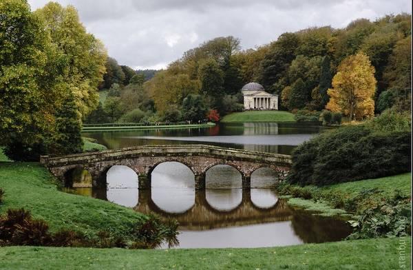 Vườn của Capability Brown, Anh: Nhà thiết kế thuộc thế kỷ 18 Lancelot Brown đã thay đổi các khu dinh thự đồng quê ở Anh. Ông đã biến những khu vườn kiểu cũ thành các công viên xanh trải rộng. Ảnh: Standbury.