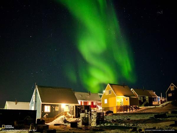 Greenland: Tới đây, bạn sẽ được trải nghiệm thế giới tự nhiên qua nhiều giác quan: nghe gió thổi trên nền tuyết, ngắm nhìn dải cực quang, hít thở không khí vùng cực trong lành, cảm nhận bờ đá gập ghềnh dưới chân. Greenland cho du khách cảm giác như lạc vào trong thế giới cổ tích. Ảnh: National Geographic.