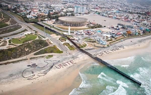 San Diego (Mỹ)/Tijuana (Mexico): Tuyến đường biên giữa San Diego và Tijuana không chỉ phân tách 2 quốc gia mà còn giống như vạch phân chia hai thế giới. Một bên là San Diego, với bờ biển dài 112 km, sở thú tân tiến và thời tiết miền Nam California. Một bên là Tijuana, thành phố của Mexico với những tay buôn lậu ma túy khét tiếng. Ảnh: Kpbs.