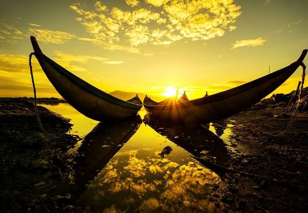 Bình minh, mặt nước như được dát vàng ở vịnh Hòn Thiêng, Phan Rang, Ninh Thuận. Ảnh: Nguyễn Quang Ngọc/Picfair.