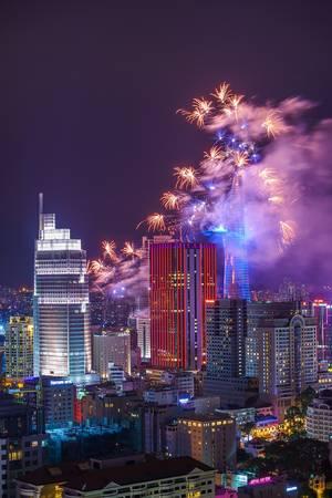 Bắn pháo hoa chào đón năm mới trên nóc tòa nhà Bitexco ở TP HCM. Ảnh: JetHuynh/Picfair.