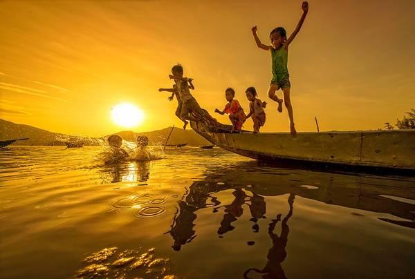 Trẻ em và mùa hè trên đầm Lập An (gần biển Lăng Cô), Thừa Thiên - Huế. Ảnh: Phạm Tỵ/Picfair.