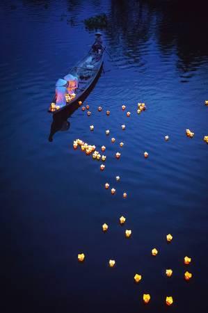 Thả đèn hoa đăng trên sông để cầu nguyện, TP Huế. Ảnh: Phạm Tỵ/Picfair.