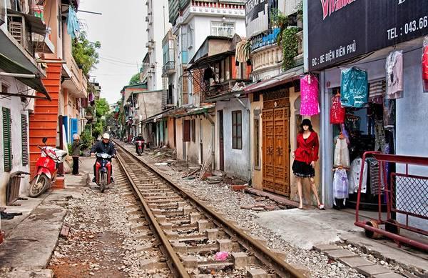 Đường tàu chạy qua một khu dân cư ở Hà Nội. Ảnh: Wilfred Seefeld/Picfair.