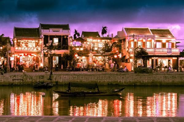 Phố cổ Hội An rực rỡ trong ánh đèn lồng và bình yên bên dòng sông Thu Bồn. Ảnh: Dan Convey/Picfair.