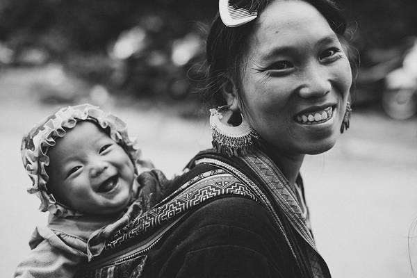 Người mẹ địu con trên lưng ở Sa Pa, Lào Cai. Ảnh: Sarahannehardy/Picfair.