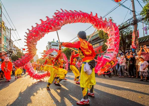Múa lân trong ngày đầu năm mới ở Chợ Lớn, TP HCM. Ảnh: Nguyễn Quang Ngọc/Picfair.