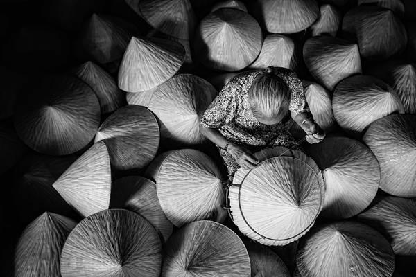 Nghề làm nón lá truyến thống ở Việt Nam. Ảnh: JetHuynh/Picfair.