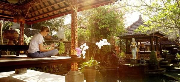 Ubud, Indonesia: Trái tim văn hóa của Bali nằm giữa những đồng lùa xanh mướt, là điểm đến lý tưởng cho những người muốn được chăm sóc về cả thân thể và tâm hồn. Bạn có thể thuê xe đạp, đi giữa vùng đồng quê không khí trong lành, trước khi thử massage kiểu truyền thống Bali. Buổi tối, du khách nên tới xem buổi biểu diễn các điệu múa truyền thống ở Ubud Palace.
