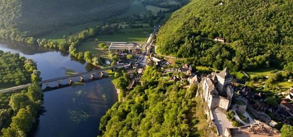 Dordogne, Pháp: Thật dễ để phải lòng vùng Dordogne với những lâu đài lộng lẫy và các ngôi làng từ thời trung cổ. Nhịp sống chậm nơi đây sẽ đem lại cho du khách cảm giác bình yên, dù là đi thuyền dọc sông, ngắm cảnh từ khí cầu hay thưởng thức bữa trưa ở quảng trường đầy nắng. Ngay cả việc lái xe ở đây cũng rất thú vị, với con đường xuyên qua miền đồng quê xanh tươi, tĩnh lặng.