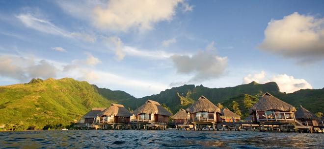 Bora Bora, lãnh thổ thuộc Pháp: Phải thừa nhận là phần lớn du khách đến với Bora Bora để tận hưởng ánh nắng và làn nước trong vắt. Nếu có điều kiện, bạn nên ở trong một căn lều trên mặt nước, nơi bạn có thể ngắm nhìn hoàng hôn trong sự riêng tư gần như tuyệt đối. Ngoài ra, du khách có thể khám phá các hồ nước tuyệt đẹp bằng thuyền, đi bộ vào rừng hoặc lặn ngắm động vật biển.
