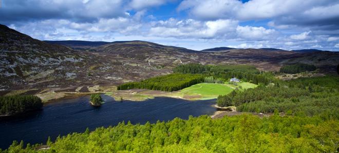 Công viên quốc gia Cairngorms, Scotland: Công viên lớn nhất Liên hiệp Anh nằm ngay trung tâm cao nguyên Scotland, với khung cảnh hùng vĩ khiến du khách sững sờ. Nếu gặp thời tiết xấu, bạn có thể tận hưởng không khí ấm áp bên lò sưởi trong một quán rượu vùng cao