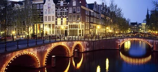 Amsterdam, Hà Lan: Hãy thuê một chiếc xe đạp, lang thang qua những cây cầu hay những con phố tĩnh lặng để khám phá vẻ quyến rũ rất riêng của thành phố bình yên này. Vào mùa đông, thật tuyệt khi được thưởng thức một cốc rượu ở những quán bar ấm áp trong tiết trời lạnh giá.