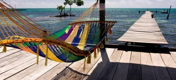 Caye Caulker, Belize: Cách thành phố Belize chỉ khoảng 35 km, đây là một nơi lý tưởng để chạy trốn cuộc sống xô bồ với giá cả dễ chịu. Hòn đảo này dài hơn 8 km, với bãi cát trắng mịn, rạn san hô trù phú cùng hệ động vật biển đa dạng.
