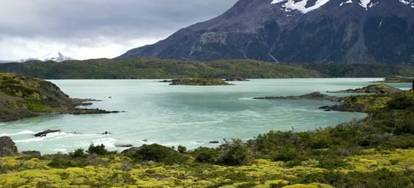Công viên quốc gia Torres del Paine, Chile: Hiếm ai lại không thấy bất ngờ trước khung cảnh ngoạn mục của công viên Torres del Paine, với những dãy núi hùng vĩ soi bóng xuống hồ Nordenskjöld. Bạn có thể khám phá công viên, hoặc đơn giản chỉ là tìm một điểm quan sát để đắm mình vào không gian khoáng đạt này.