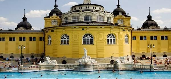 Budapest, Hungary: Đây là một trong những thành phố lớn và hấp dẫn nhất châu Âu. Điểm nhấn của chuyến đi tới thành phố này là các spa phục hồi sức khỏe, nơi có các bể bơi nước nóng được khai thác từ suối ngầm. Art Nouveau Gellért là lựa chọn lý tưởng cho những ai ưa thích sự sang trọng, với thiết kế tranh kính màu độc đáo. Széchenyi có bể bơi ngoài trời, xoáy nước và nhiều dịch vụ thú vị khác.
