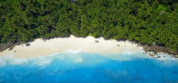 Seychelles: Quốc đảo này là thiên đường nhiệt đới, với cát trắng mịn, nước trong vắt và những khu rừng xanh tươi. Có thể nói, chỉ cần nhìn thấy làn nước xanh ở đây là bao mệt mỏi, căng thẳng đã tan biến. Ngoài những resort đắt tiền, du khách có thể lựa chọn nhưng nơi nghỉ chân giá rẻ để tiết kiệm chi phí.