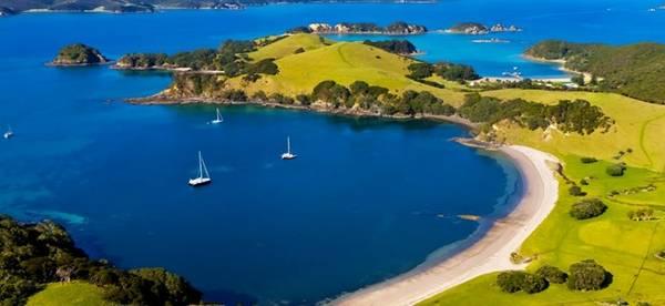 """Bay of Islands, New Zealand: Khu vực Bay of Islands (Vịnh của những hòn đảo) có tới 140 đảo, nơi du khách có thể """"nạp năng lượng"""" sau những chuyến thám hiểm khó khăn ở New Zealand. Không khí nơi đây thanh bình, tĩnh lặng, với khung cảnh đẹp như chốn thần tiên."""