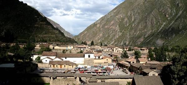 Thung lũng thiêng, Peru: Nằm ở phía bắc Cusco, thung lũng thiêng trải rộng về phía Machu Picchu. Tại đây, du khách sẽ tìm thấy khu di tích Pisac và Ollantaytambo của người Inca. Sau vài ngày khám phá, bạn có thể xuống Urubamba để nghỉ ngơi, ngắm những đỉnh núi phủ tuyết của dãy Andes.