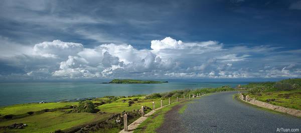 Description: Con đường tuyệt đẹp trên đảo, phía xa xa là hòn Tranh. Ảnh: Lê Anh Tuấn/flickr.com