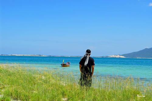 Khám phá một vòng quanh các đảo, du khách sẽ trầm trồ trước vẻ đẹp của những bãi biển hoang sơ cát trắng, nước biển trong xanh, và những cánh đồng cỏ lau tuyệt đẹp. Ảnh: Phan Lộc