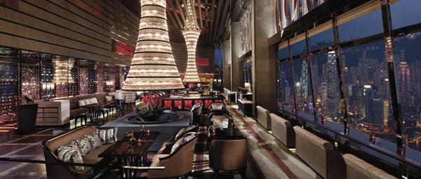 3. Thưởng thức các món Italy đặc sắc tại Tosca sang trọng:  Nhà hàng Tosca tại The Ritz-Carlton, Hong Kong với phong cách kiến trúc Roman sang trọng, đặc trưng với trần nhà cao, những chùm đèn lớn và đài phun nước. Đến đây, bạn sẽ được thưởng thức những bữa tiệc đặc sắc của Italy và nhìn ngắm đường chân trời tuyệt đẹp của thành phố. Những tín đồ của món pasta sẽ không thể bỏ qua một menu đặc biệt.
