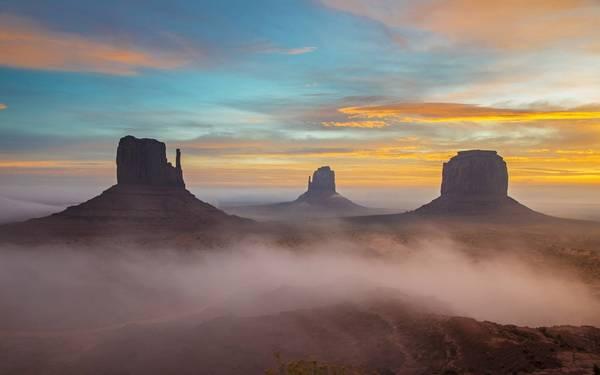 Khám phá thung lũng Monument, Mỹ: Với khung cảnh điển hình của miền Tây hoang dã, sa mạc cát đỏ với những núi đá hùng vĩ, thung lũng Monument là trường quay quen thuộc của nhiều bộ phim Hollywood. Vẻ đẹp hoang sơ của thung lũng hiện ra khác lạ vào buổi bình minh, khi nền trời có màu đỏ cam, phông nền hoàn hảo cho những ngọn sa thạch cao hơn 400 m. Ảnh: Roughguides.