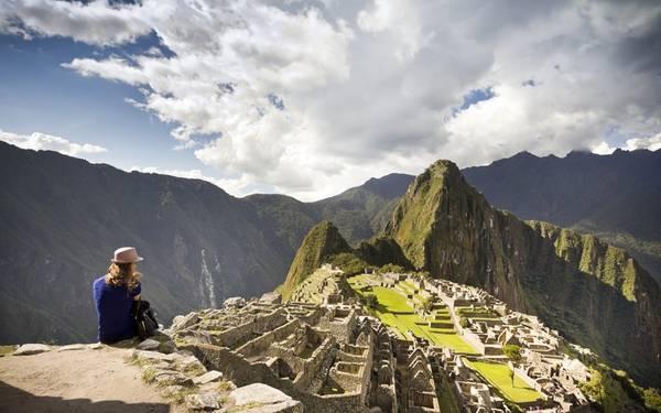 Leo lên Machu Picchu, Peru: Du khách nên thức dậy từ sáng sớm, đi qua con đường dẫn tới Machu Picchu trước khi một lượng lớn du khách đổ về đây. Khi lên đỉnh núi, bạn có thể ngắm nhìn ánh nắng chiếu trên khu di tích cổ đại nổi bật trên nền thung lũng sâu và những ngọn núi hùng vĩ phía xa. Ảnh: Roughguides.