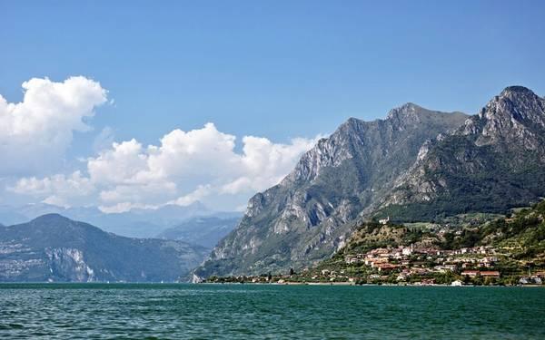 Khám phá hồ Garda, Italy: Garda là hồ nước lớn nhất Italy, có vai trò như cầu nối dãy Alps với phần còn lại của quốc gia xinh đẹp này. Bờ bắc có các ngôi làng cổ kính nhìn ra vùng hồ trải rộng. Một trong những nơi nghỉ chân đẹp nhất ở đây là Sirmione, với những tường lâu đài đã hàng trăm năm tuổi, những con phố hẹp dẫn ra mép nước. Du khách có thể trèo lên tháp canh để ngắm nhìn mái ngói, làn nước xanh biếc và các sườn núi phía xa. Ảnh: Roughguides.