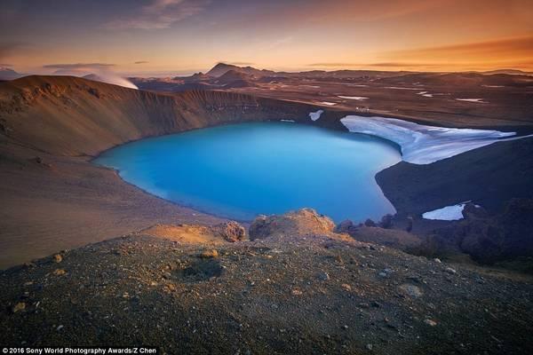 Z Chen (Trung Quốc) ghi lại cảnh hoàng hôn trên Viti, một miệng hồ có hình trái tim ở Iceland.